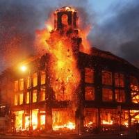 Chiudere a chiave una casa che brucia